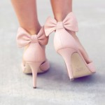 Pantofi cu toc și fundițe la spate
