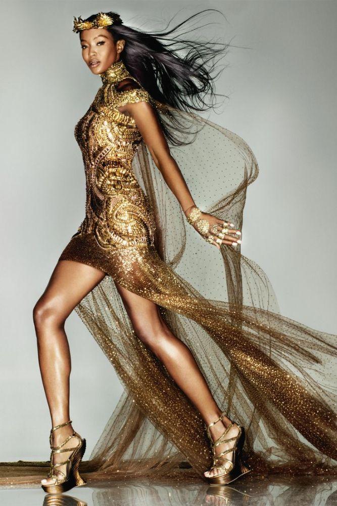rochie de seara aurie alexander mc Queen Naomi Campbell in rochie aurie de seara