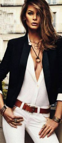 outfit de birou ținuta all white si sacou negru cu accesorii maro si bijuterii aurii