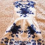 rochie alba simpla imprimeu floral albastru croiala clos clopot