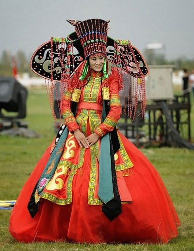 costumatia traditionala de nunta in Mongolia