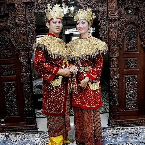 cum se imbraca mirele si mireasa in Indonezia