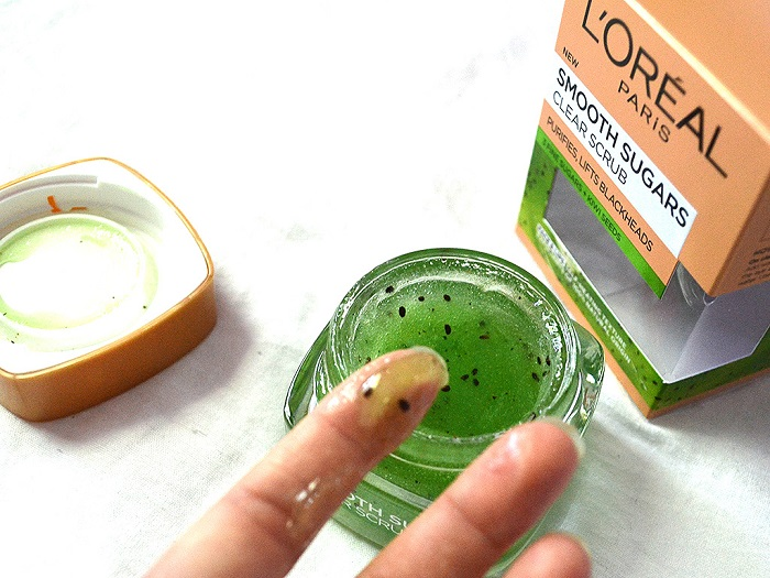 mască exfoliantă tip scrub LOreal Paris Smooth Sugars cu semințe de kiwi naturale și trei tipuri de zahăr