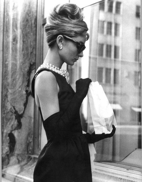 cum să te îmbraci în stil Audrey Hepburn cu o little black dress din Breakfast at Tiffany s