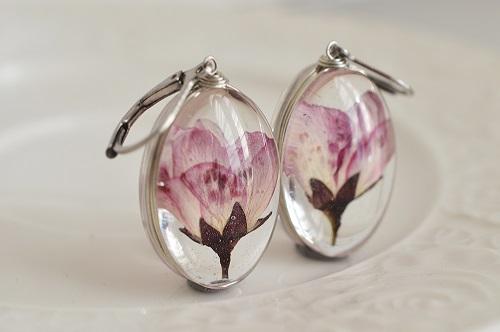 cercei handmade cu floare de cireș reală presată in rășină