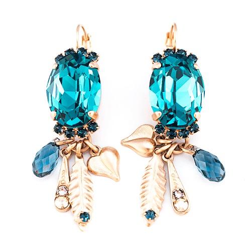 cercei statement eleganți cu cristale Swarovski turcoaz multifațetate și strălucitoare și cu charmuri care atârnă