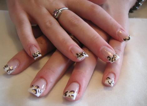 manichiură french cu animal print leopard pe vârfuri