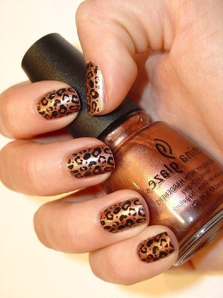 unghii aurii cu leopard print cu pete negre