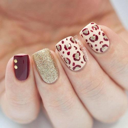 unghii cu model leopard print auriu cu bordo