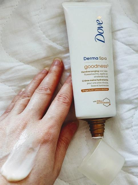 cum e crema de mâini Dove Derma Spa Goodness pentru mâini uscate și cuticule
