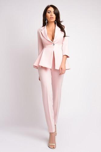 costum de damă roz nude pal cu pantaloni și sacou cu peplum