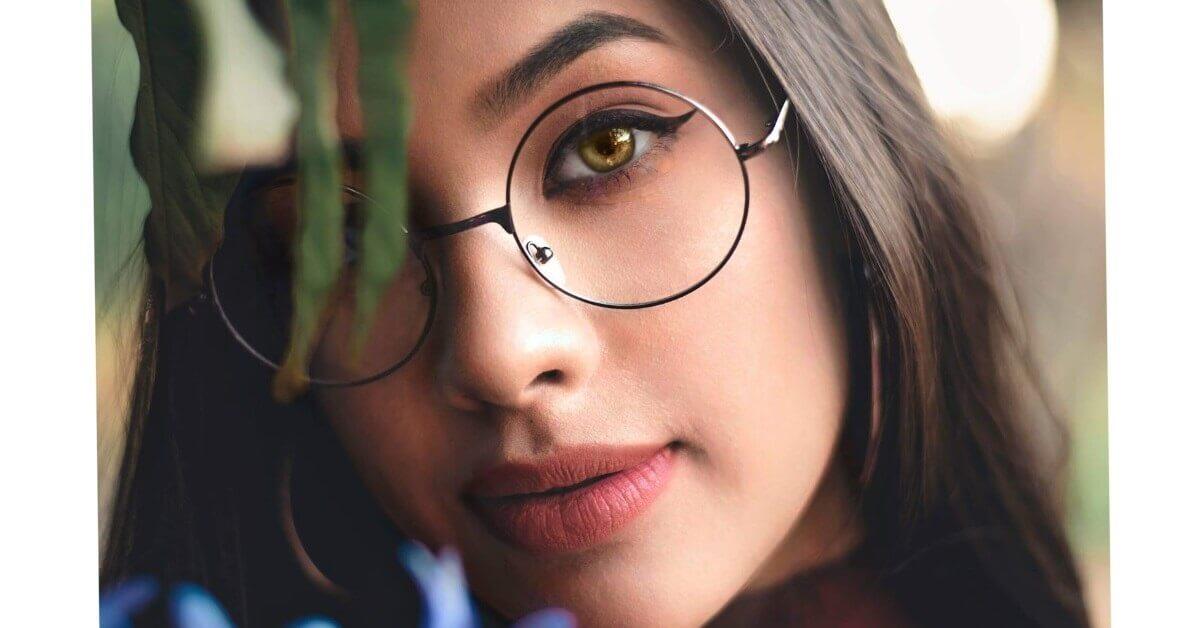 cum te machiezi când porți ochelari de vedere