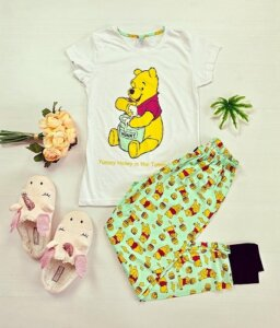 Pijama dama bumbac ieftina cu tricou alb si pantaloni verzi cu imprimeu Yummy Winnie the Pooh