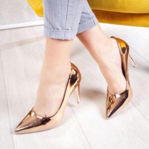pantofi stiletto lăcuiți în culori metalice ca șampania sau argintii