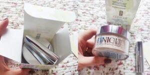 pudră liberă Clinique Blended Face Powder & Brush_ambalare cu pensulă de aplicare incorporată