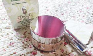 pudră liberă Clinique Blended Face Powder & Brush_cu pensulă in interior și capac-oglindă