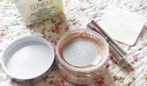 pudră liberă Clinique Blended Face Powder & Brush_cum se prezintă