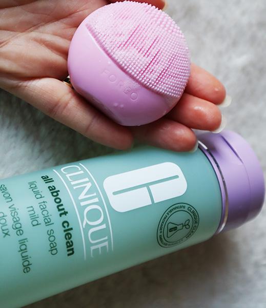 gel de curățare Clinique All About Clean Liquid Facial Soap Mild_textură și spumă lejeră_review