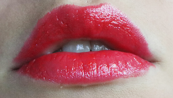 ruj roșu Guerlain La Petite Robe Noire_nuanța Poppy Cap pe buze