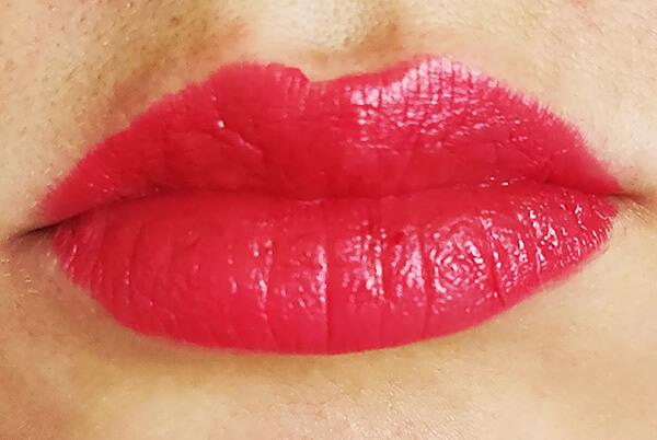 ruj lichid satinat Rouge Dior Liquid_cum arată pe buze în nuanța Versatile satin_review și păreri