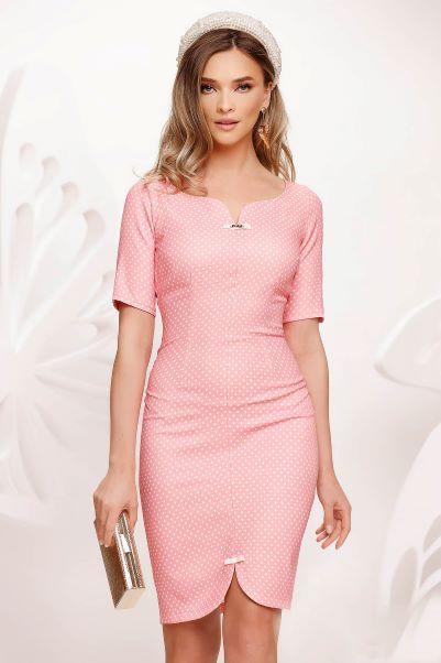 rochie retro tip sarafan roz pal cu picouri albe și decupaje pe decolteu și tiv cu fundițe mici